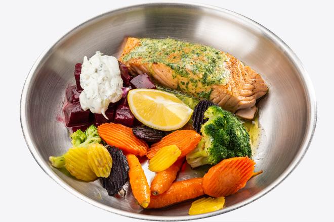 Лосось з овочами, буряком, соусом порц.