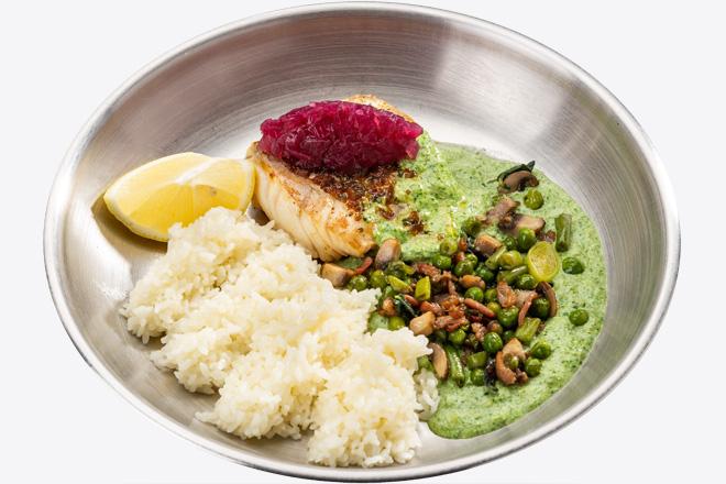 Філе Тріски з рисом, салатом з бекону, соусом порц