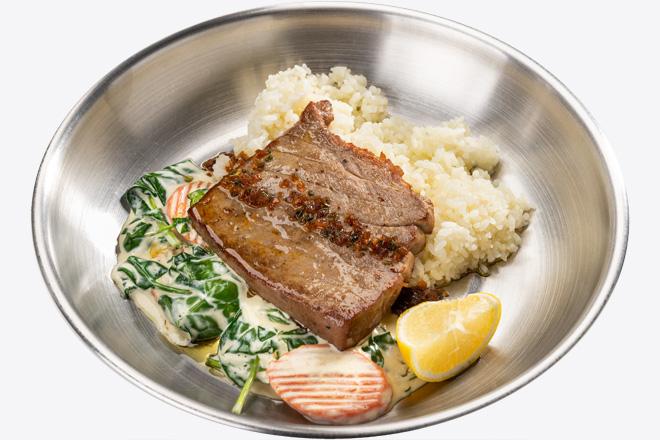 Тунець Bluefin з рисом, вершковим шпинатом порц.