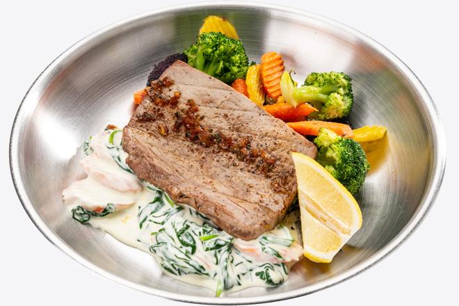 Тунець Bluefin з овочами, вершковим шпинатом порц.