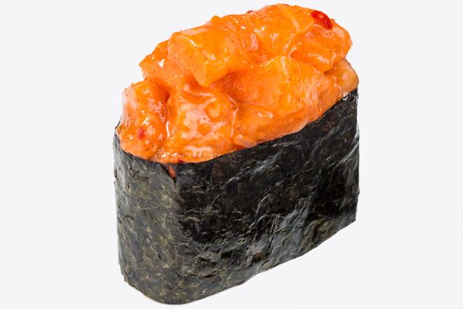 Гункан з лососем під спайсі